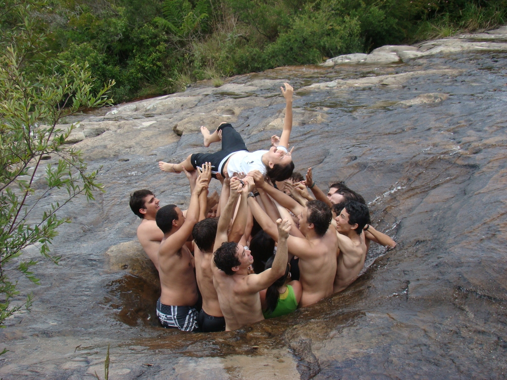 Having fun at the hole: field work of 'Paleontology' undergrad course, Guartelá State Park, Paraná (2007)